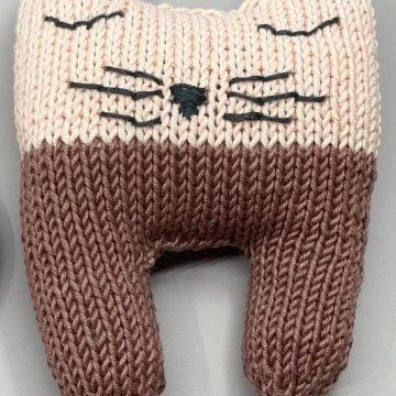 Liten kosebamse – strikkeoppskrift