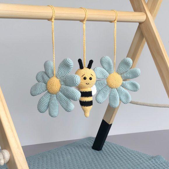 Bie og blomster til babygym – hekleoppskrift