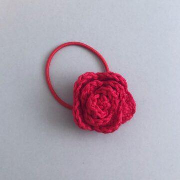 Hårpynt med heklet rose